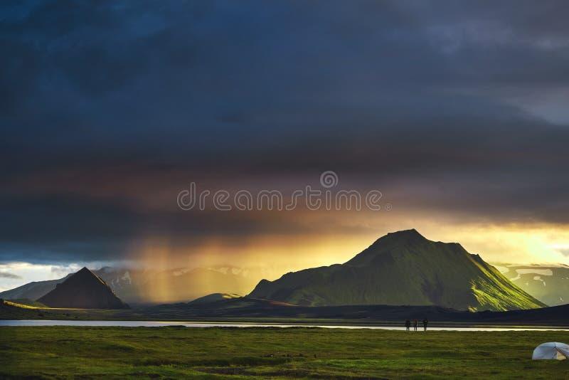 Trekking en Islande camper avec des tentes s'approchent du lac de montagne photo libre de droits