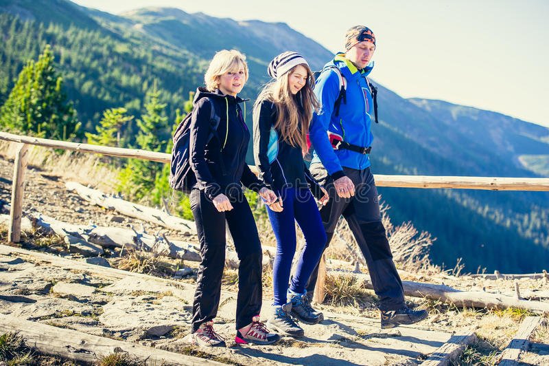 Trekking en montagnes images stock