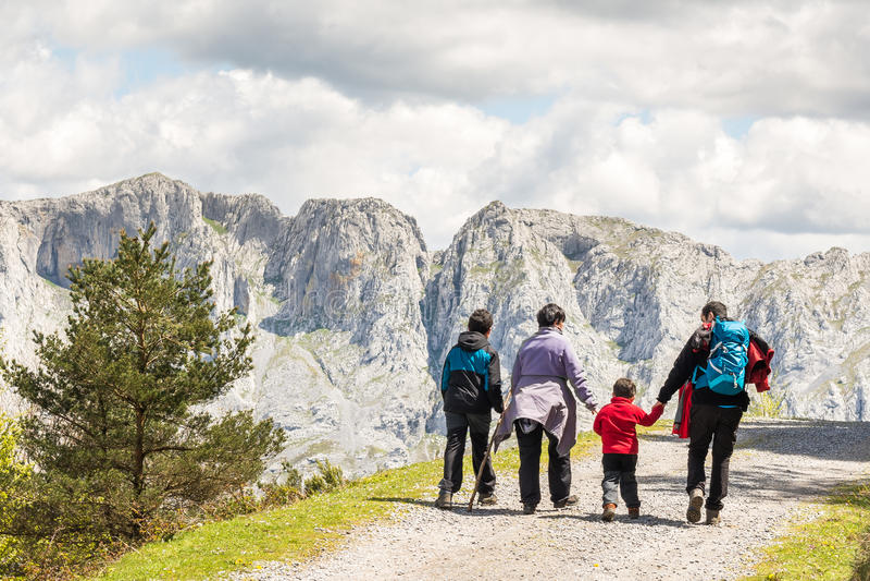 Trekking in famiglia fotografia stock libera da diritti