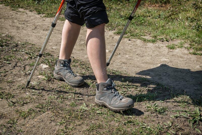 Trekking, Frauenwanderer, der draußen oben auf Spur, Abschluss von Füßen, Schuhe wandernd geht stockfoto