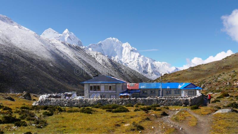 Trekking himalayano delle montagne fotografie stock libere da diritti