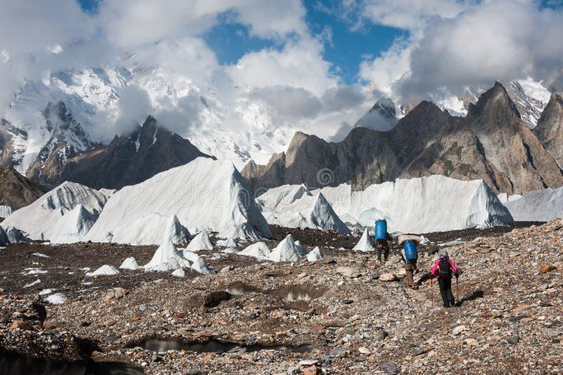 Trekking i Karakoram bergskedja, Pakistan arkivfoton
