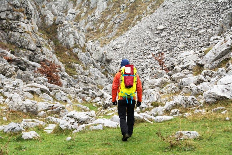 Trekking i Mehedinti berg i höst royaltyfri foto