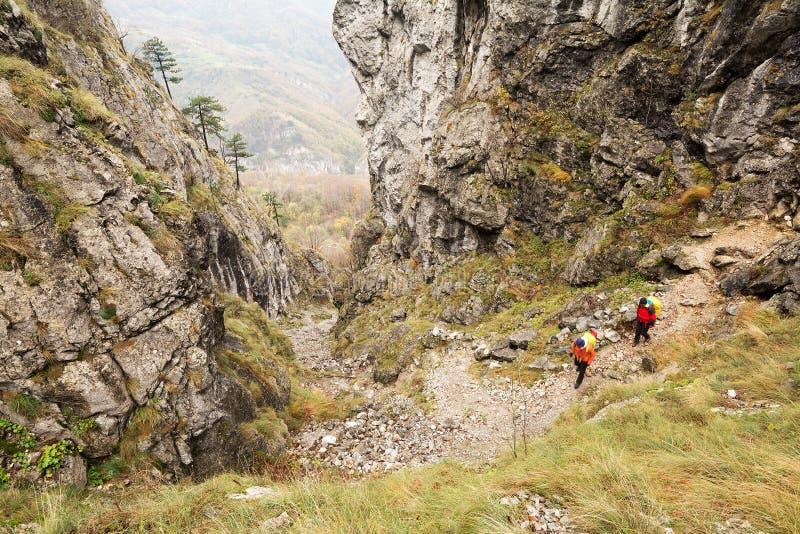 Trekking i Mehedinti berg i höst royaltyfria foton