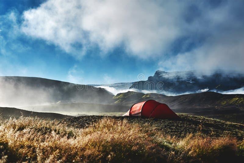 Trekking in IJsland het kamperen met tenten bij ochtend stock foto's