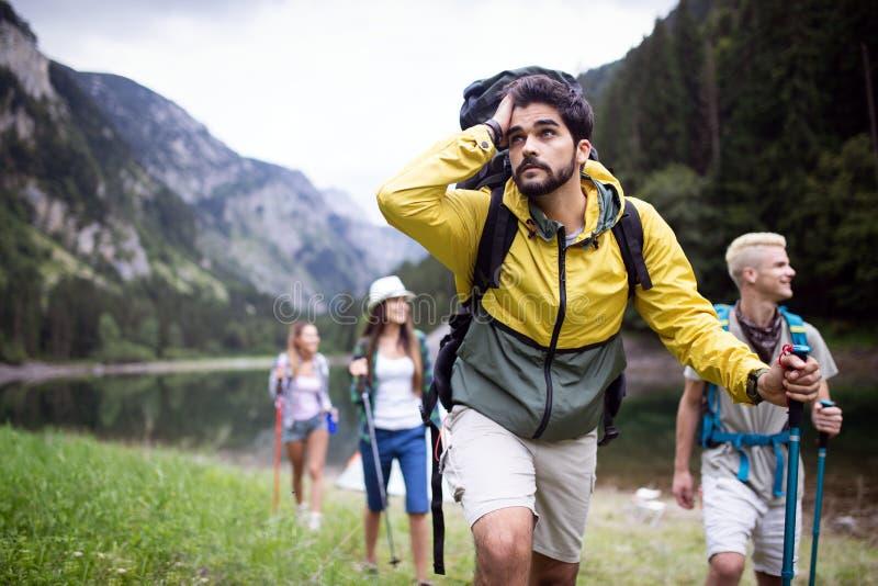 Trekking, kamperend, wandeling en wild het levensconcept De groep vrienden wandelt in aard royalty-vrije stock foto's