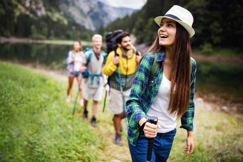 Trekking, kamperend, wandeling en wild het levensconcept De groep vrienden wandelt in aard royalty-vrije stock afbeelding