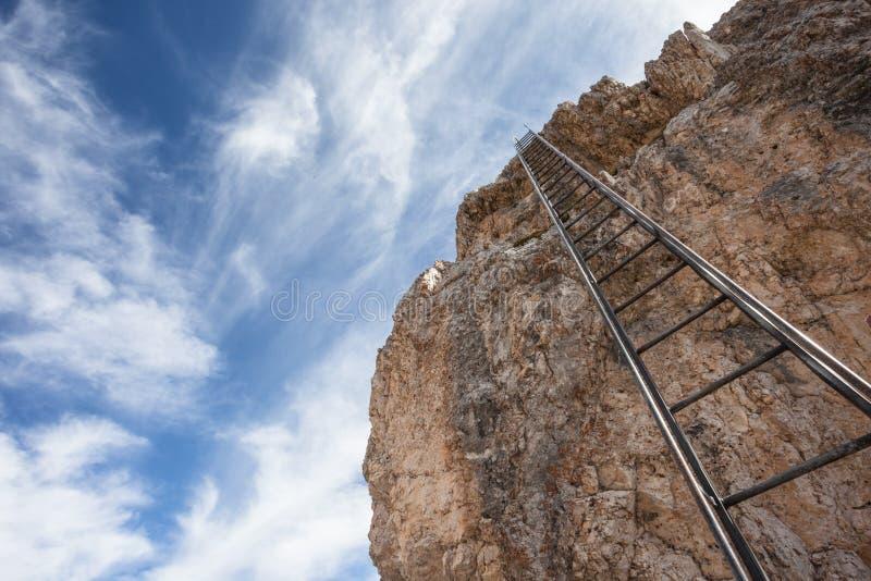 Trekking lang a über ferrata in den Dolomit stockbild
