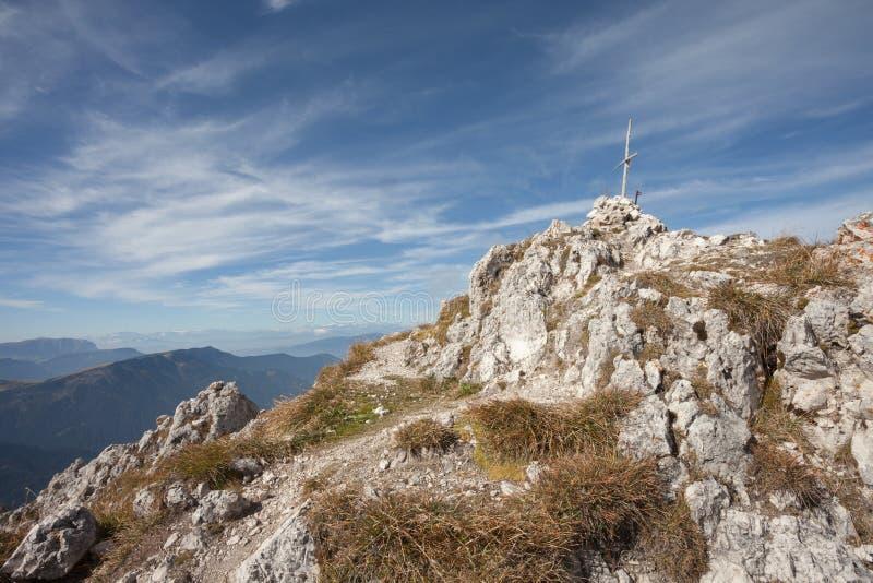 Trekking lang a über ferrata in den Dolomit stockfotos