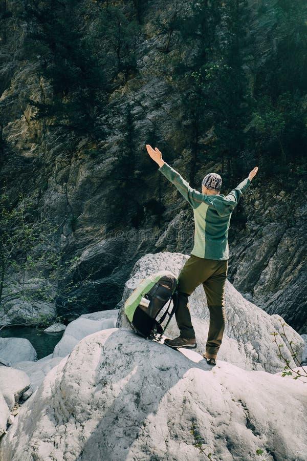 Trekking masculin folâtre de randonneur avec le sac à dos dans la forêt images stock