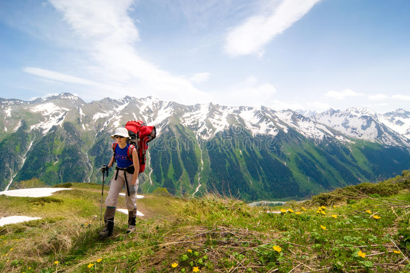 Trekking in montagne immagini stock