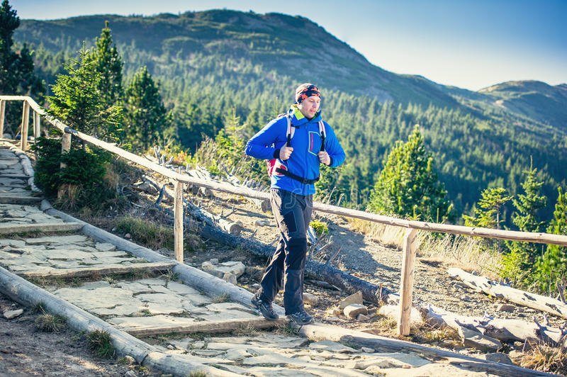 Trekking in montagne fotografia stock libera da diritti