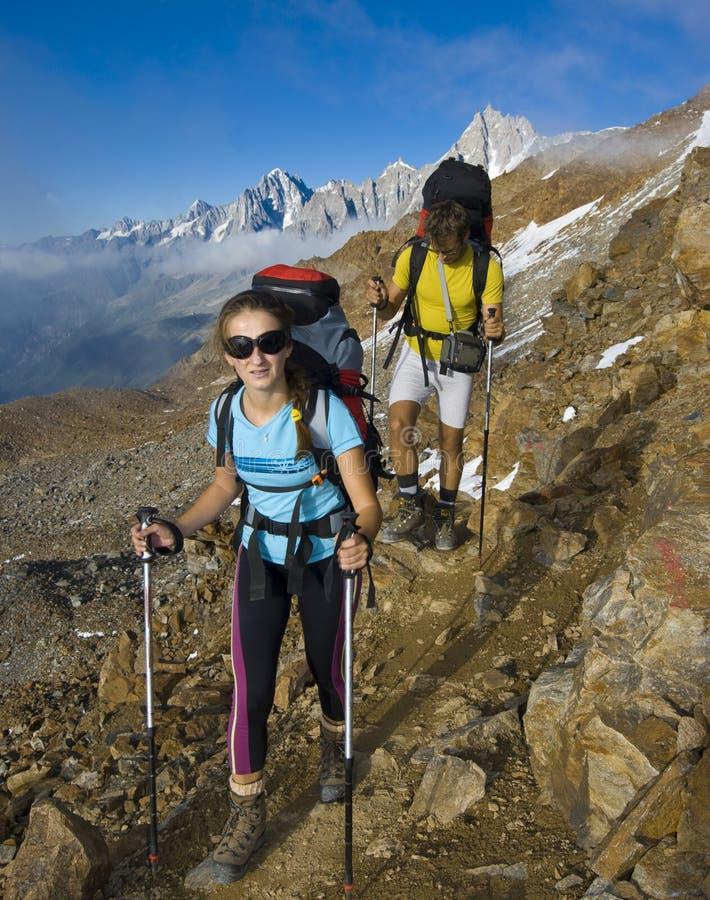 Trekking in montagne delle alpi fotografia stock libera da diritti