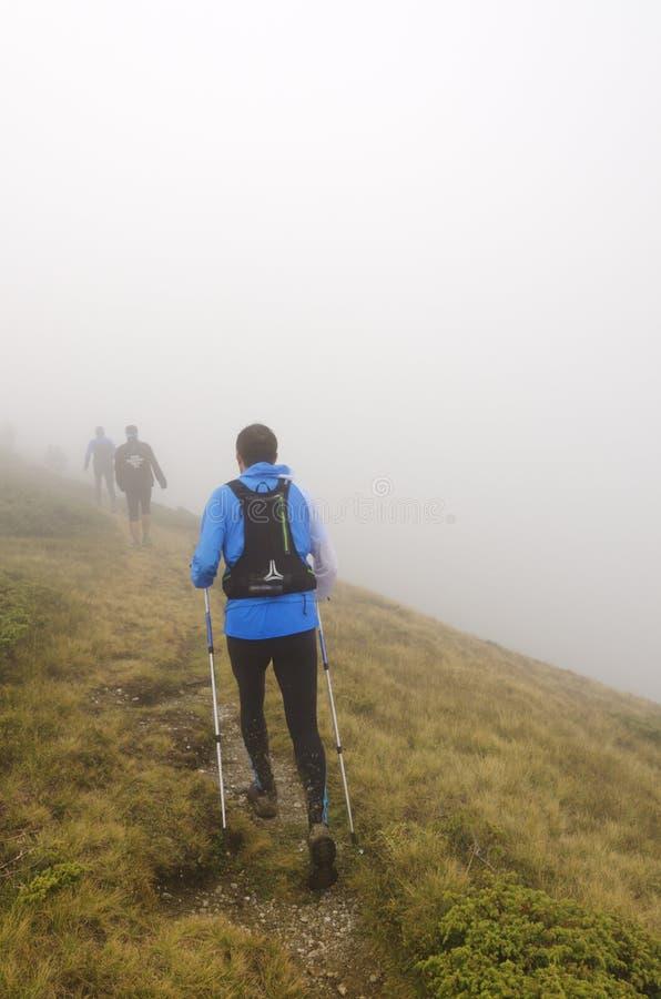 Trekking na montanha fotografia de stock