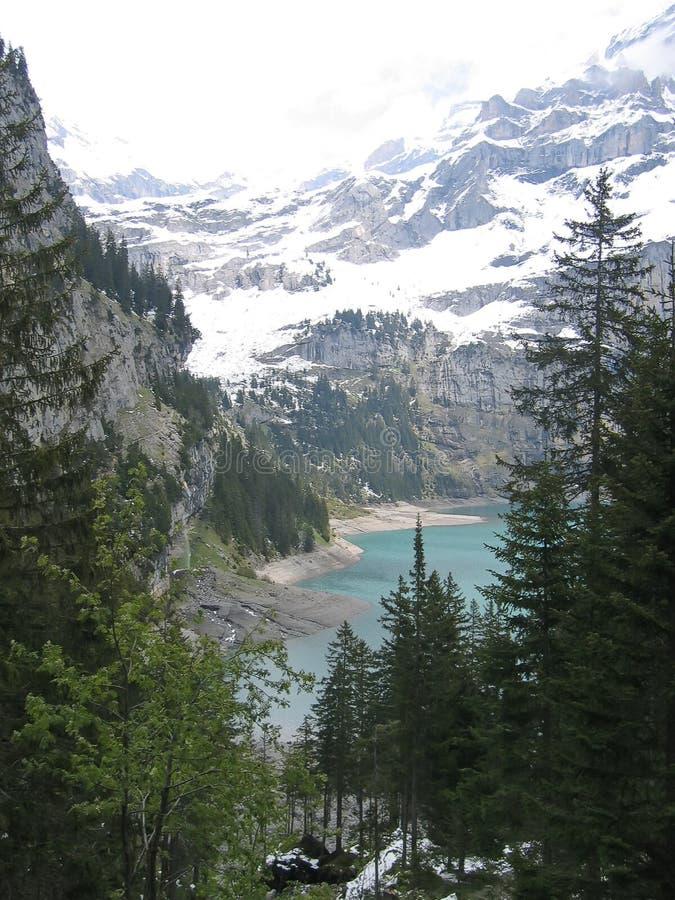 Trekking neer aan een bergmeer, Alpen, Zwitserland stock foto