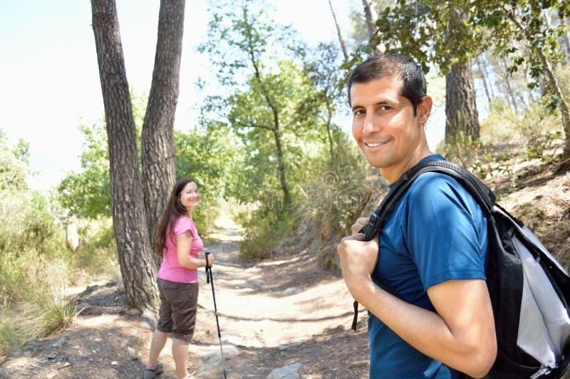 Trekking nella foresta fotografia stock