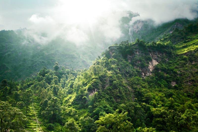 Download Trekking in Nepal stock afbeelding. Afbeelding bestaande uit door - 54087113