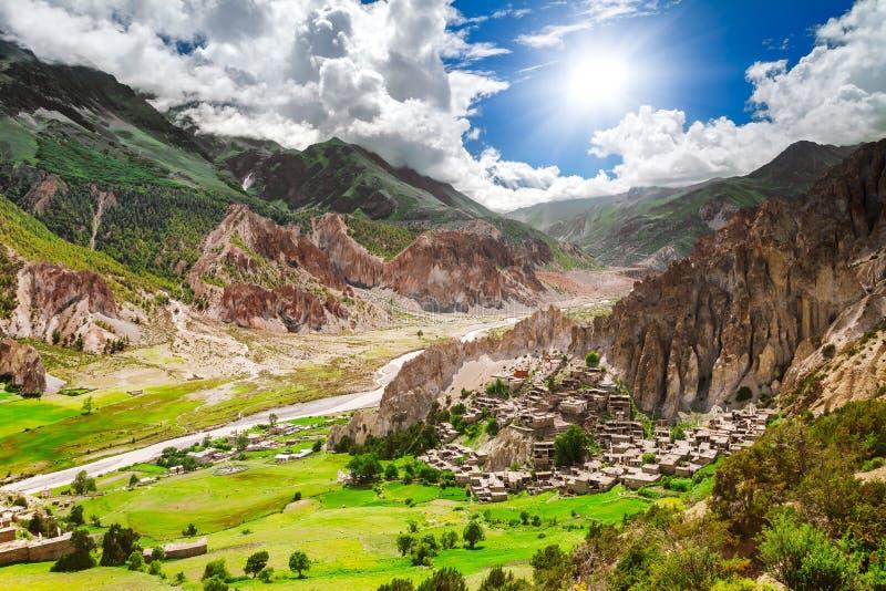 Download Trekking in Nepal stock foto. Afbeelding bestaande uit himalayagebergte - 54087500