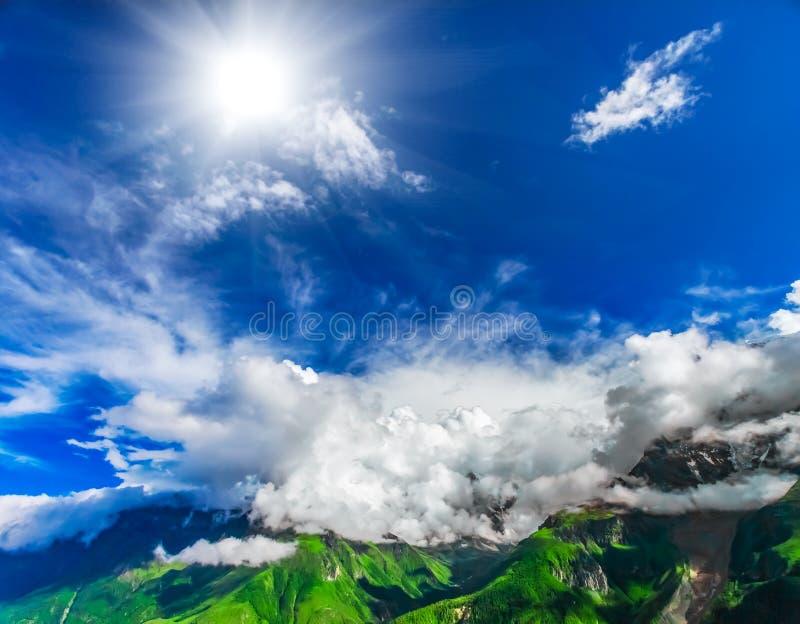 Download Trekking in Nepal stock afbeelding. Afbeelding bestaande uit flora - 54087541