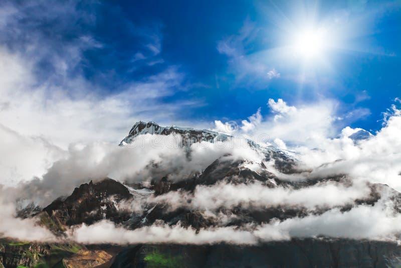 Download Trekking in Nepal stock afbeelding. Afbeelding bestaande uit wandeling - 54087557