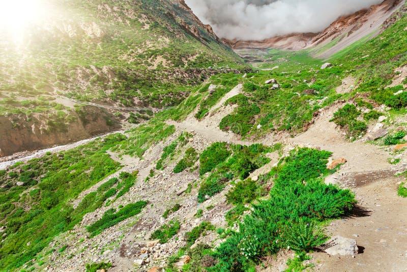 Download Trekking in Nepal stock foto. Afbeelding bestaande uit heuvel - 54087612