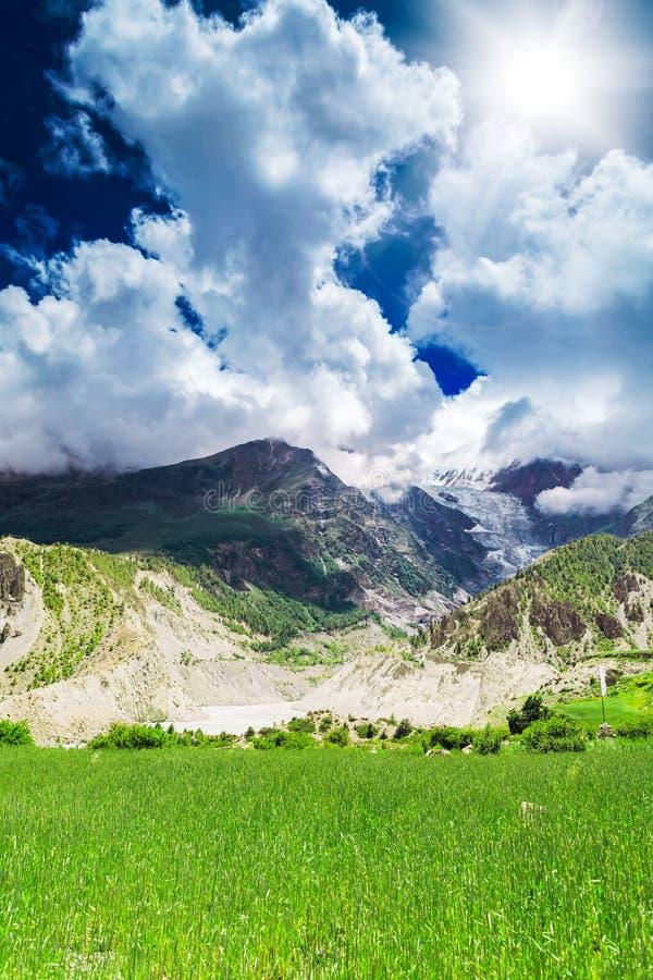 Download Trekking in Nepal stock foto. Afbeelding bestaande uit heuvel - 54087614