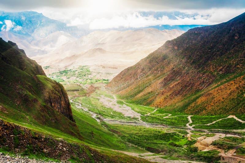Download Trekking in Nepal stock afbeelding. Afbeelding bestaande uit azië - 54087703