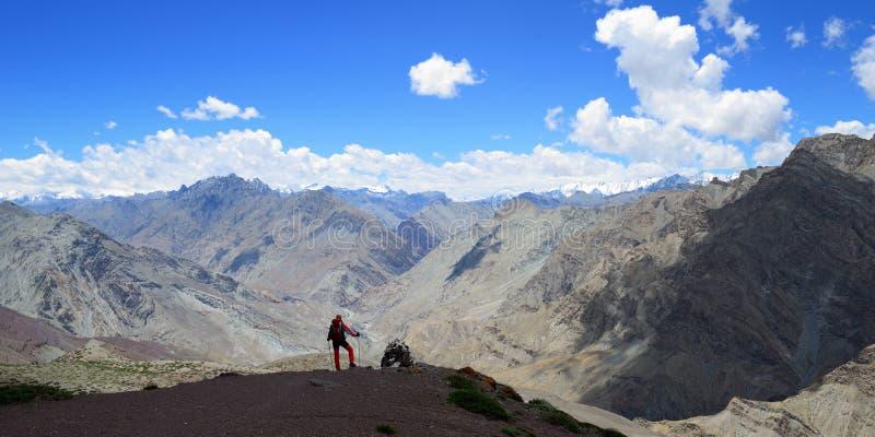 Trekking no vale de Markha em montanhas de Karakorum perto da cidade de Leh imagens de stock royalty free