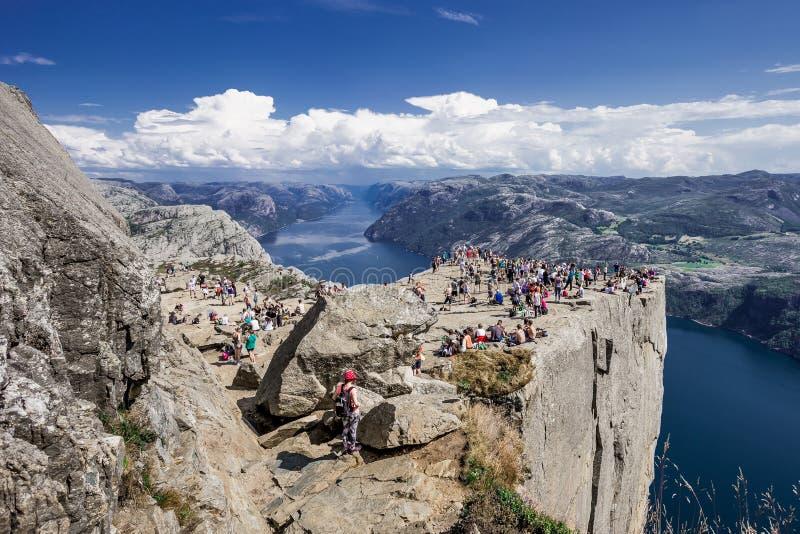 Trekking in Noorse fjorden - mening van Preikestolen (de Rots van akapulpet) vanaf de bovenkant (Lysefjord) stock afbeeldingen