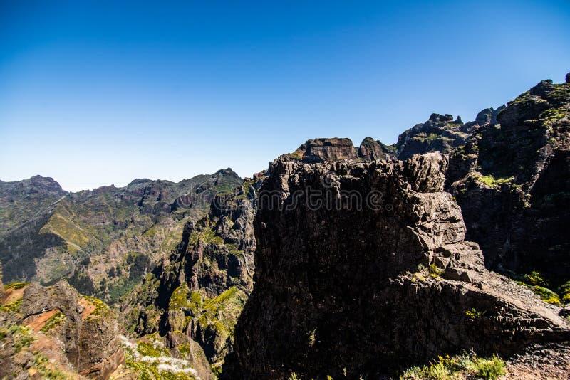 Trekking på levadaslingan som går över de härliga ängarna och maxima av de högsta madeirabergen, Pico Ruivo I Pico de En royaltyfria bilder