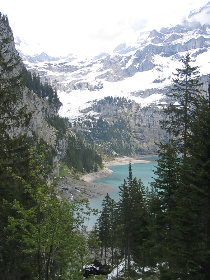 Trekking para baixo a um lago da montanha, alpes, Switzerland foto de stock