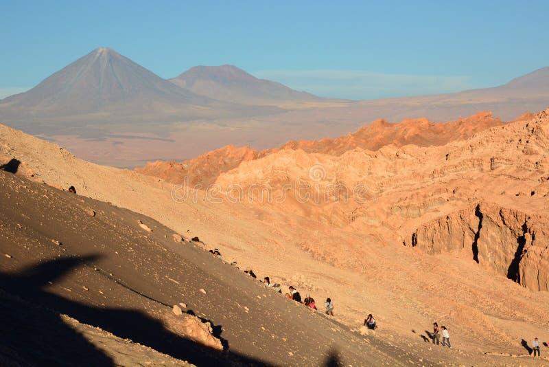 Trekking in Valle-De-La Luna San Pedro de Atacama chile lizenzfreie stockfotos