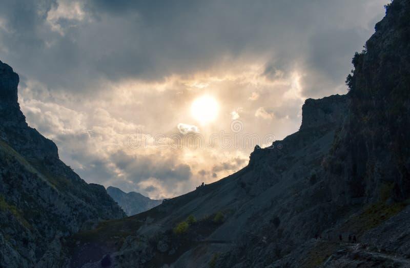 Trekkingsroute met pieken bij de bodem bij zonsondergang, Asturias stock fotografie