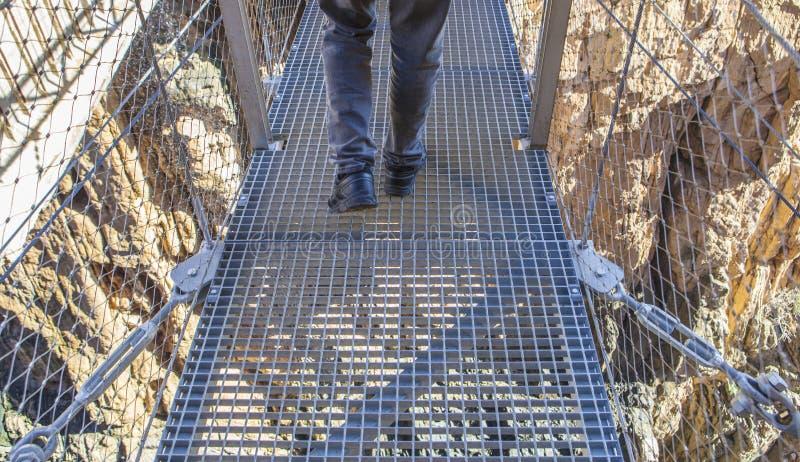 Trekkingsschoenen op hangbrug in Caminito del Rey royalty-vrije stock fotografie