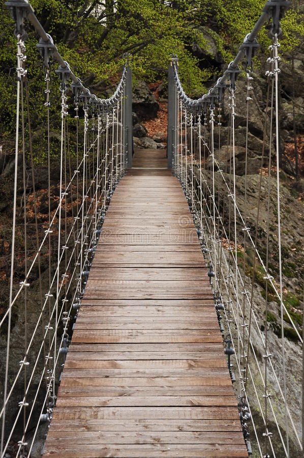 Trekkingsspur und Suspendierung brigde. Italienische Alpen lizenzfreie stockfotografie