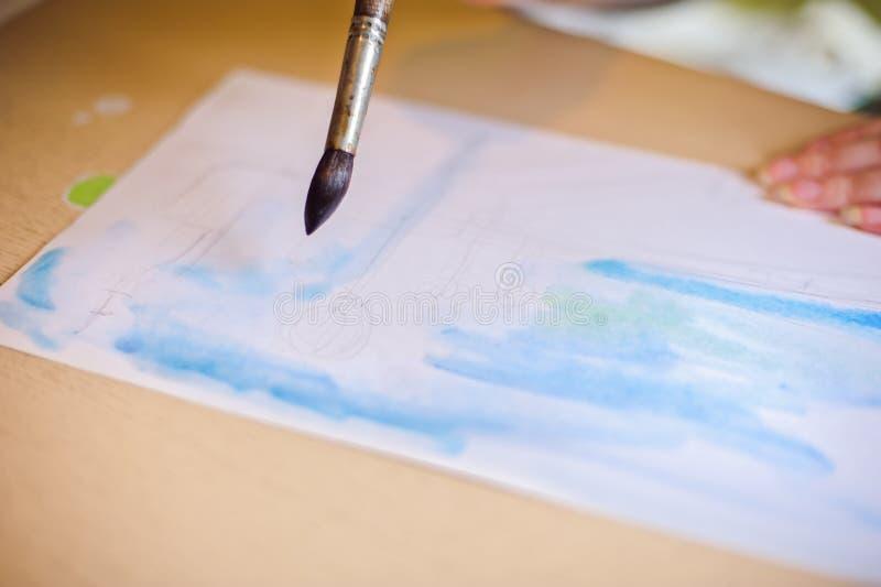 Trekt de borstel op het document blauw stock afbeelding