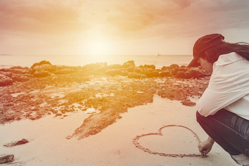 Trekt de liefde romantische tiener hart op het de zomerstrand royalty-vrije stock foto