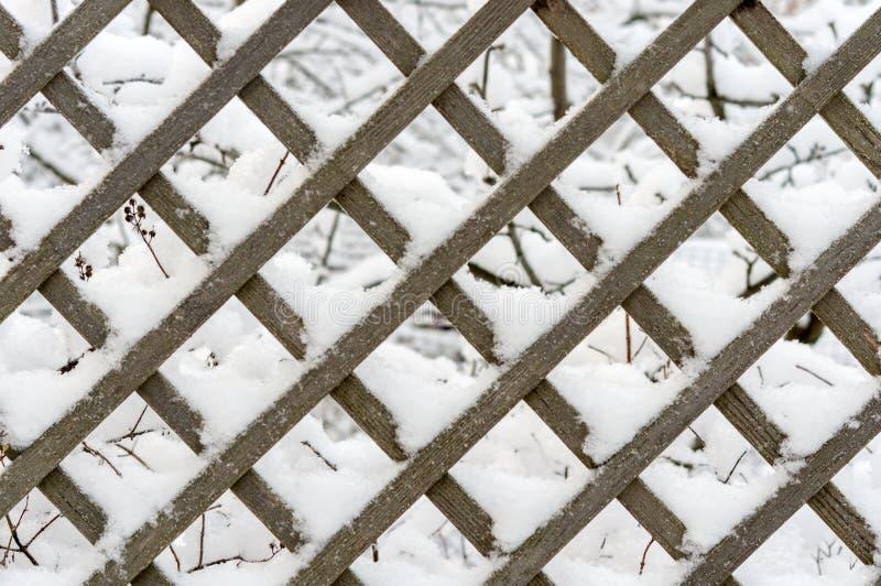 Trellis en bois fait de planches de mélèze après des chutes de neige photographie stock libre de droits
