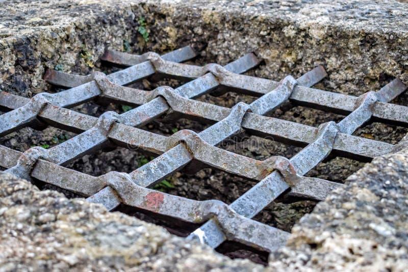 Trellis rouillé de cru sur un puits dans le château à Salzbourg Autriche photographie stock libre de droits