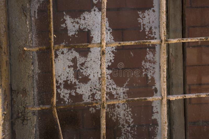 Trellis sur la fenêtre bâtie avec des briques, le concept d'éternel, emprisonnement à perpétuité photo libre de droits
