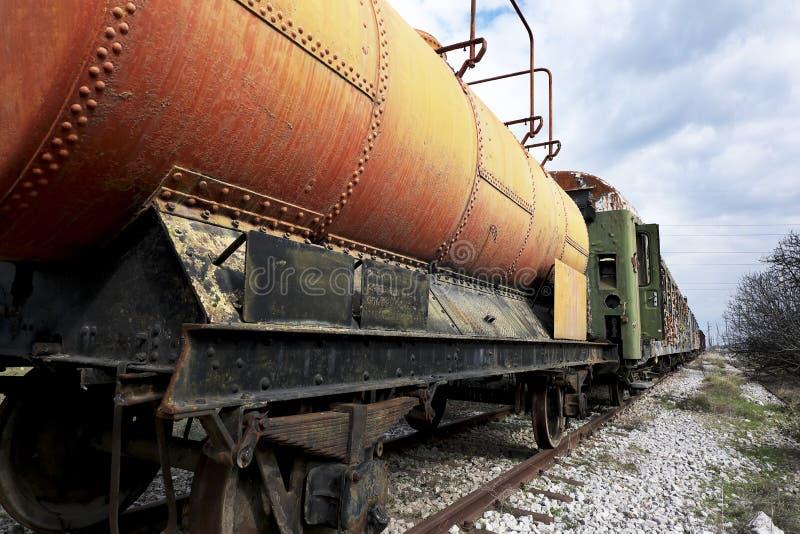 Trem abandonado do combustível e do óleo fotografia de stock