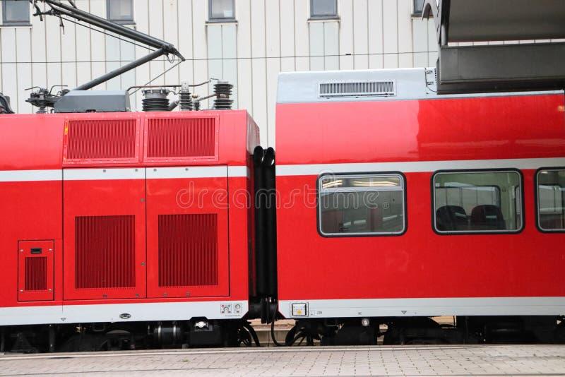 Trem alemão em Baviera Chegada de espera foto de stock