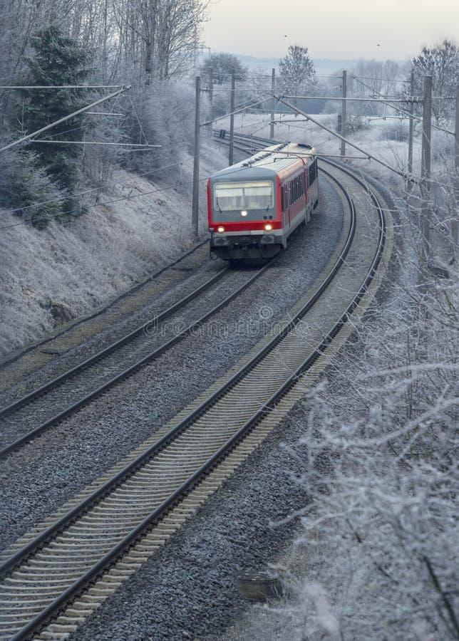 Trem alemão que viaja em um dia frio da manhã imagem de stock