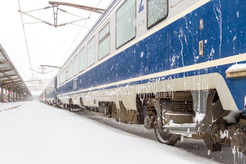 Trem atrasado na estação durante uma tempestade da neve fotografia de stock