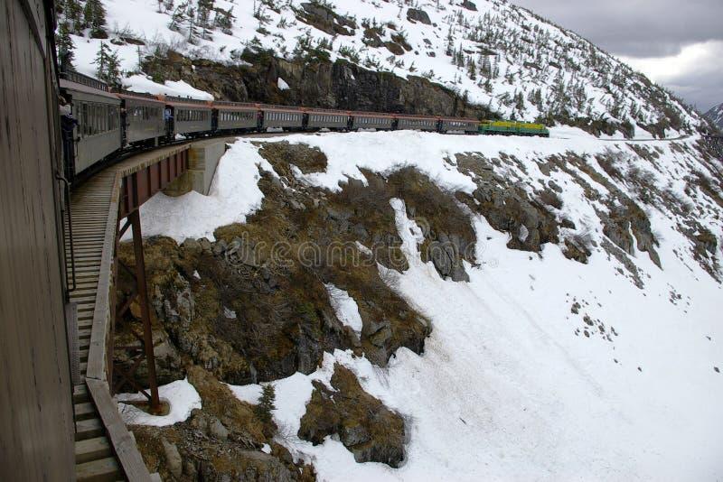 Trem branco da rota do &Yukon da passagem no cavalete fotos de stock royalty free