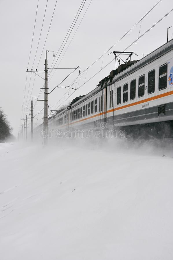 Trem branco na estrada de ferro no inverno fotos de stock royalty free