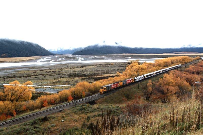 Trem com estação do autor imagens de stock
