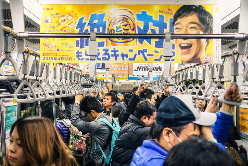 Trem completo durante horas de ponta no metro do Tóquio fotografia de stock royalty free