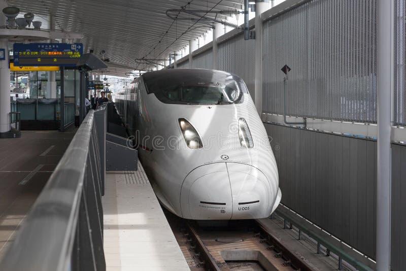 Trem da bala de 800 séries (de alta velocidade ou Shinkansen) fotografia de stock royalty free