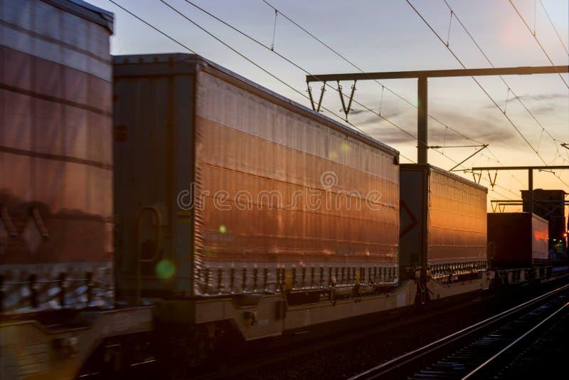 Trem da carga do recipiente no sol de nivelamento fotos de stock royalty free